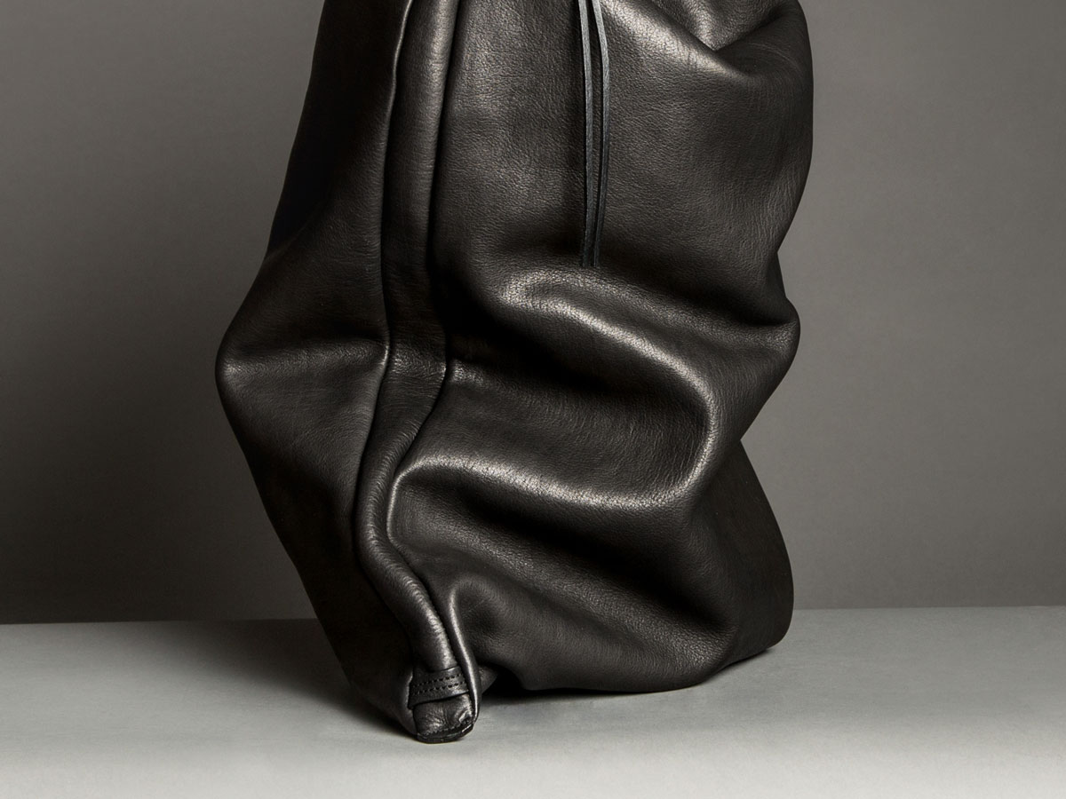 Leather structure of ASK multipurpose overnight bag in black vegetal tanned leather by Faulhaber Products