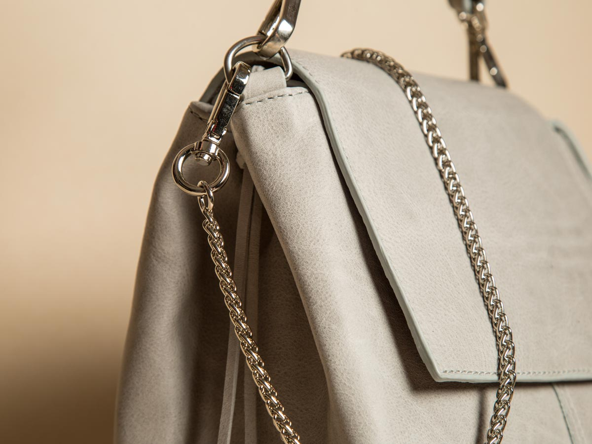 Chain strap details of Faulhaber Products ROTA handbag in grey cow leather